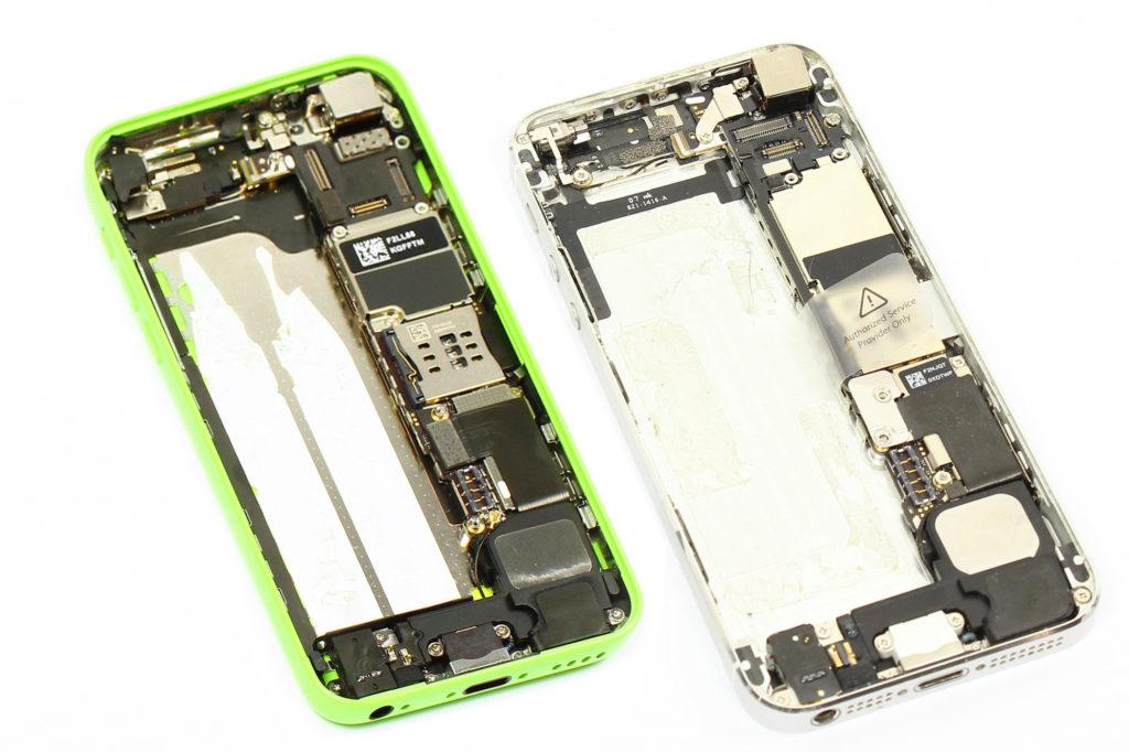 L'intérieur d'un iPhone 5C (à gauche) VS l'intérieur d'un iPhone 5 (à droite)