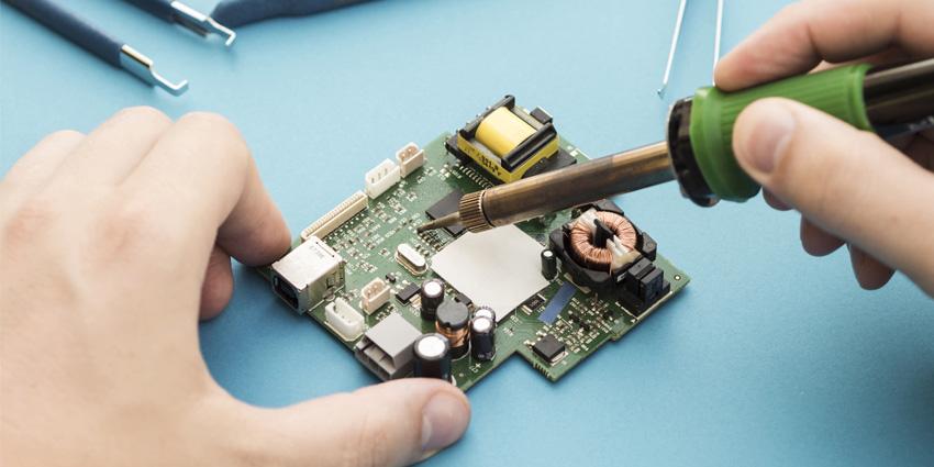 Retirer la soudure antistatique sur une lentille laser neuve